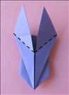 התחילו מהפינות העליונות וקפלו את ה''כנפיים'' שעשיתם כרגע כלפי מטה לצדדים.  ראו תמונה הבאה בשביל התוצאה.