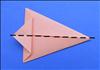 קפלו את הפינה העליונה כלפי מטה עד לפינה התחתונה כך שהנייר יקופל לחצי.